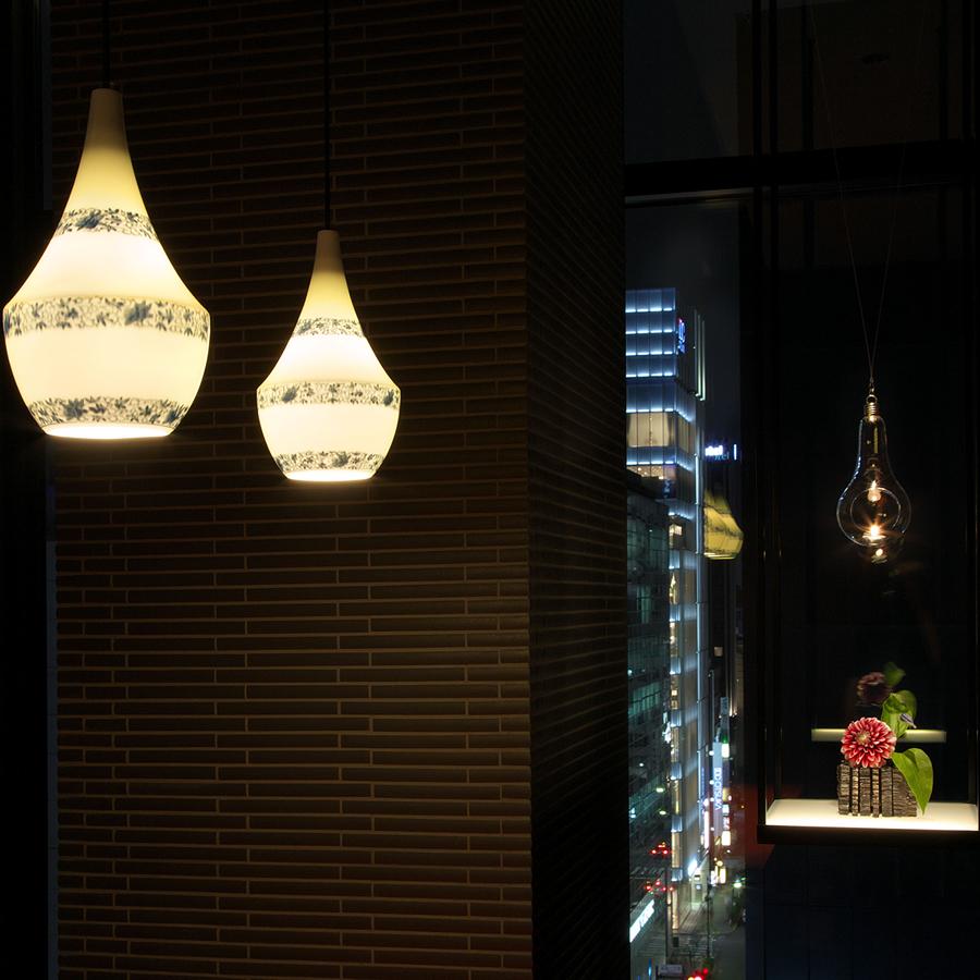 有田焼のランプシェードがある個室