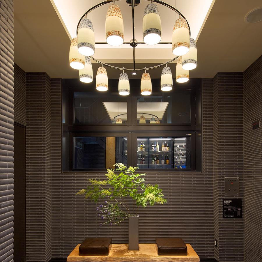 有田焼のシャンデリアとエレベーターホール